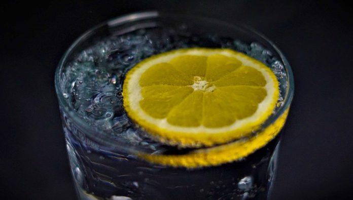 Refréscate con una original y saludable limonada negra