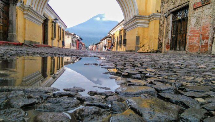 La Antigua Guatemala: ciudad protegida por volcanes