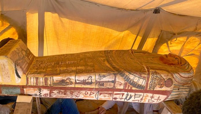 Egipto: encuentran 27 sarcófagos cerca de la primera pirámide de la historia