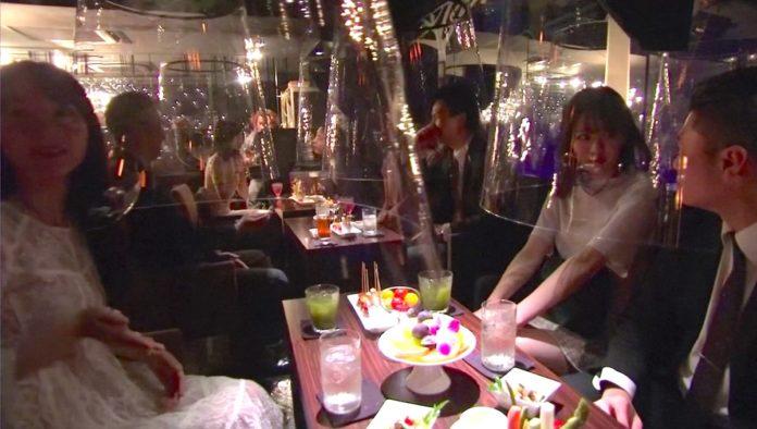 Un bar en Japón que protege a sus clientes… con peceras