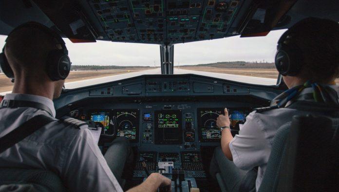 ¿Un pasajero puede aterrizar un avión en caso de emergencia? Piloto explica