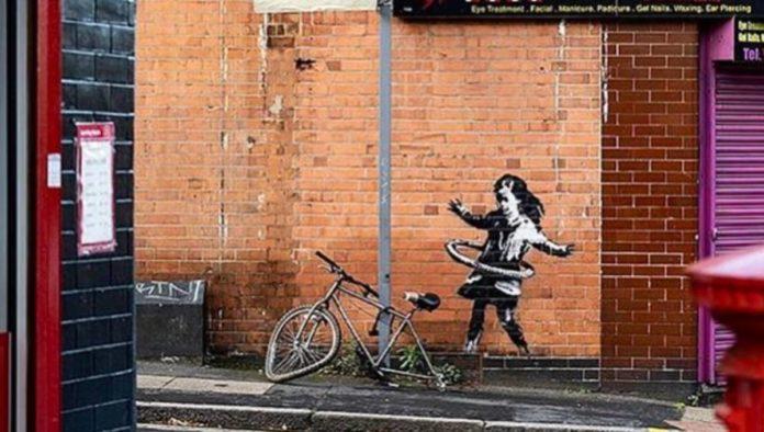 Bansky reconoce que la obra de la niña del aro en Nottingham es su obra