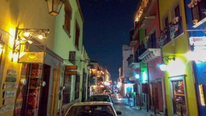 barrio de antiguo Monterrey de noche
