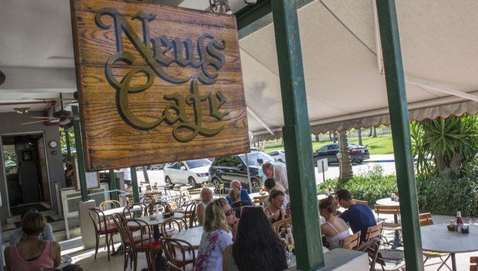 Adiós al News Cafe, el lugar favorito de Versace en Miami Beach