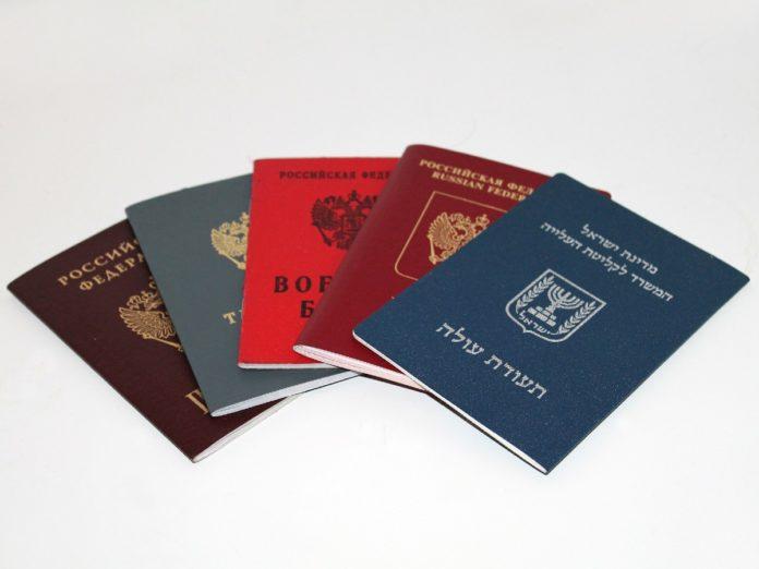 ¿Por qué los pasaportes son sólo de cuatro colores y qué significan?