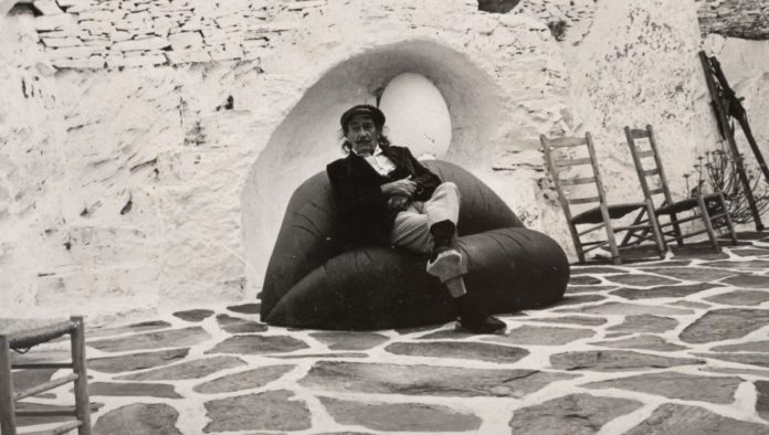 """Salvador Dalí sentado en su famoso sofá """"Labios"""", va a subasta"""