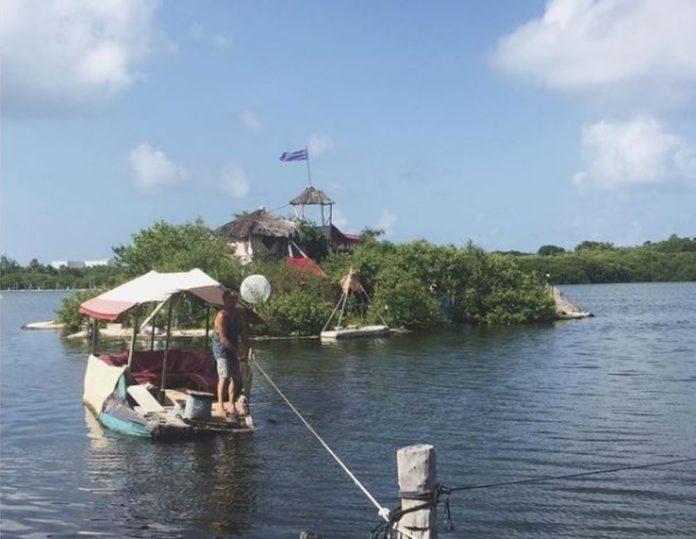 ¡Impresionante! Así es la isla que flota sobre botellas de plástico en Cancún