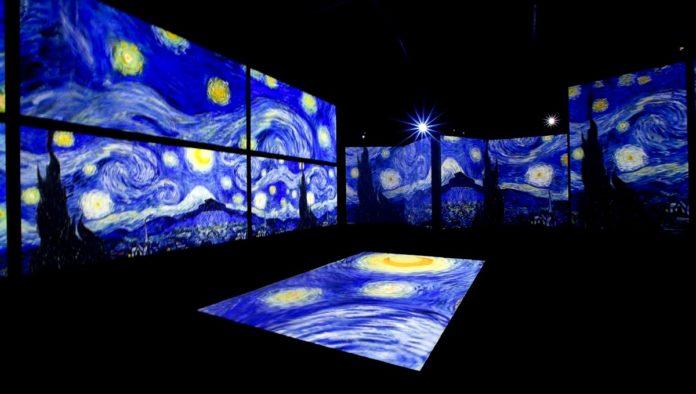 Cena inmersiva bajo la noche estrellada de Van Gogh