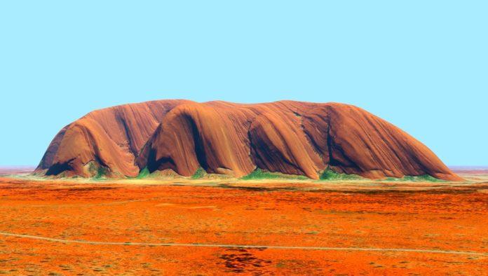 Australia maravilla con su sagrado Uluru, monolito de tono rojizo