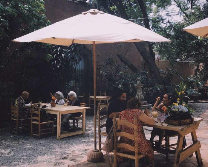 La Mano Jardín, un paraíso entre cine, libros y café