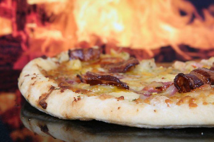 FOTOS: Hombre hornea pizzas sobre lava de un volcán, ¿te animas a probarla?