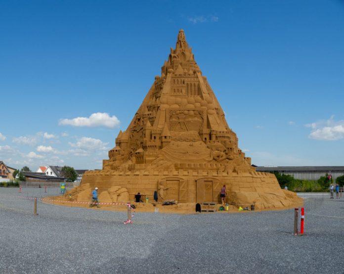 En Dinamarca construyen el castillo de arena más alto del mundo y se hace viral