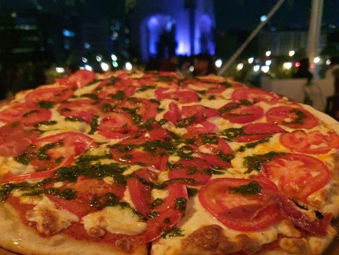 Pizzorama, la pizzería que regala inmejorables vistas del Monumento a la Revolución