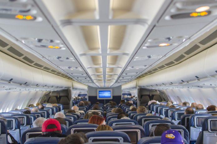 ¿Qué pasa si abren la puerta de un avión durante un vuelo?