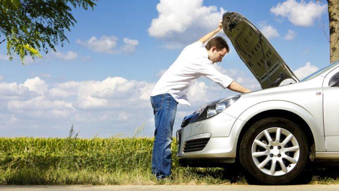 revisar el auto antes de salir de viaje