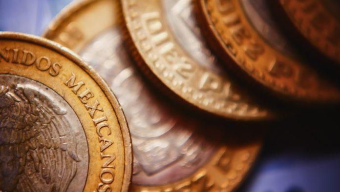 cuatro monedas de 10 pesos