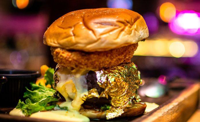 ¿Hambre? Come una hamburguesa con carne envuelta en oro en CDMX