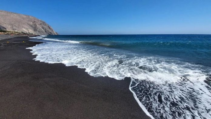 playas con arena negra
