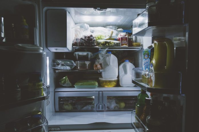¡Adiós a los tuppers de yogur en el refri! Por esto no debes guardar la comida en ellos